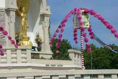 MAKE POVERTY HISTORY White Band around the Peace Pagoda